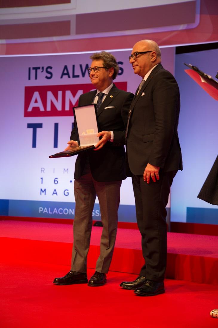 il presidente ANMCO Domenico Gabrielli consegna la Targa d'Oro al dottor Michele Massimo Gulizia